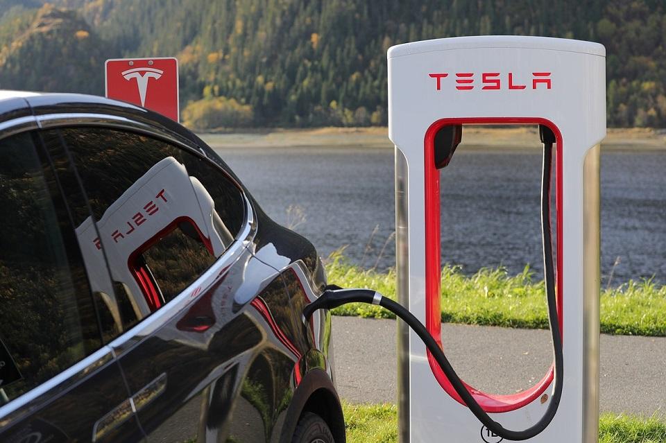 Ładowanie samochodów elektrycznych prądem zmiennym i stałym